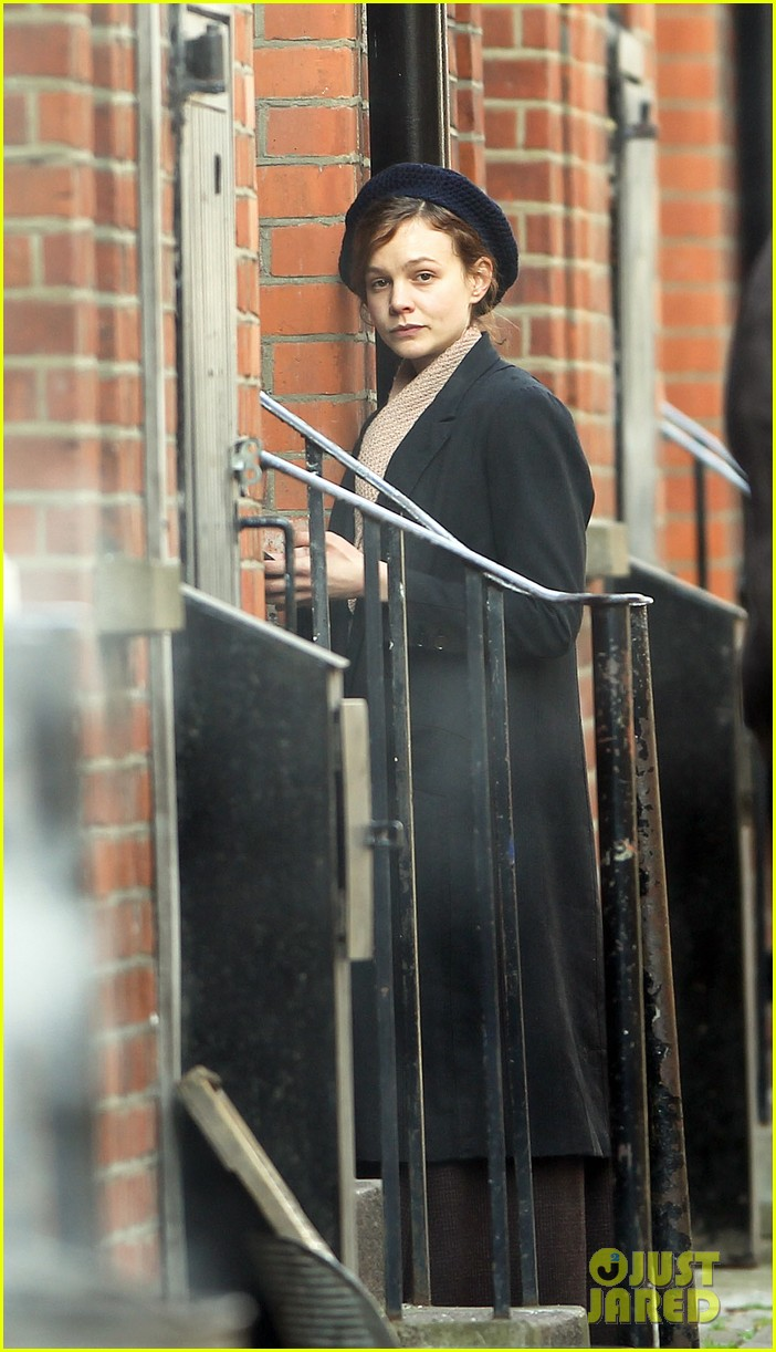 carey mulligan puts on her period garb for sufragette 013071154