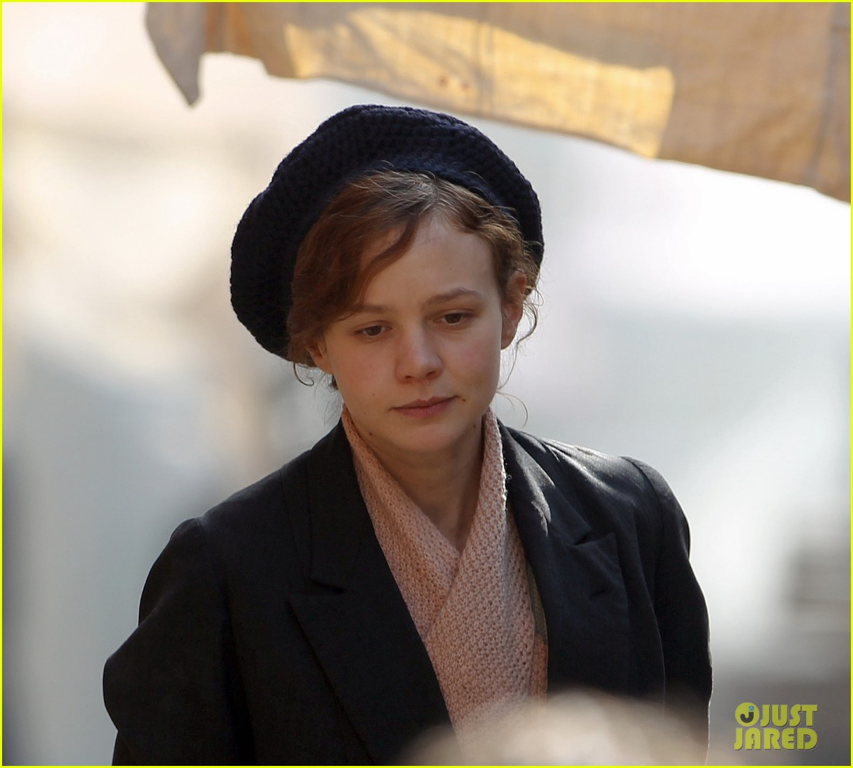 carey mulligan puts on her period garb for sufragette 023071155