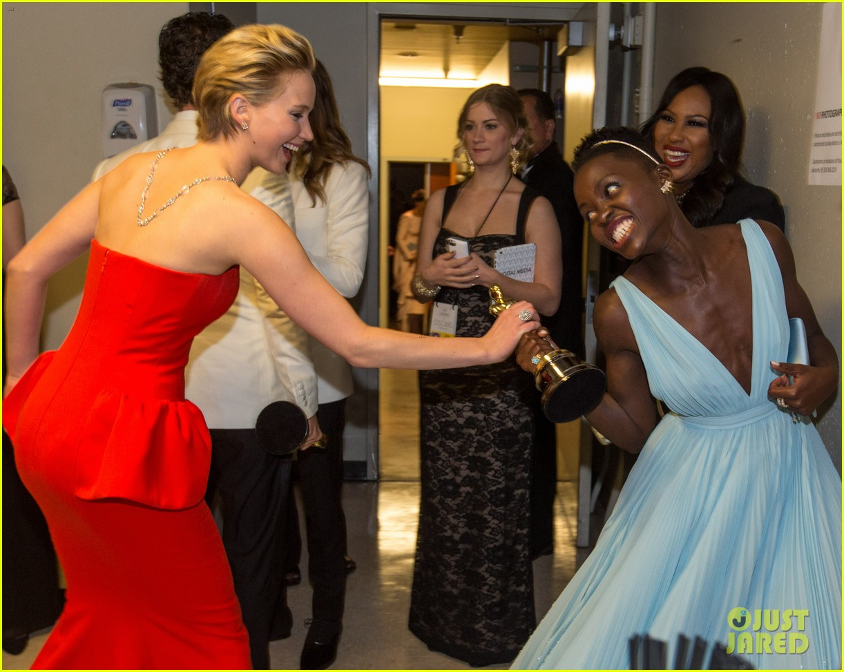 lupita nyongo photobombs jared leto its absolutely amazing 05