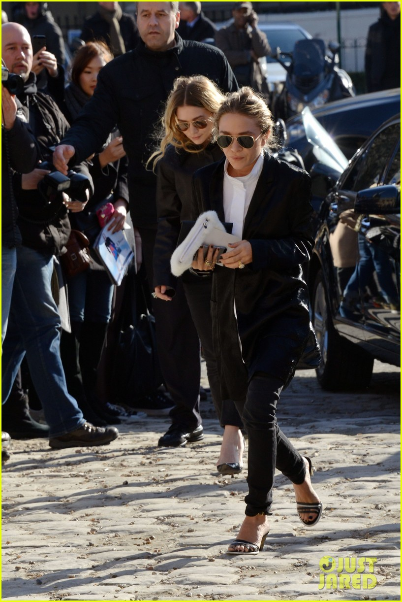 mary kate olsen flashes huge engagement ring louis vuitton show ashley 053066469