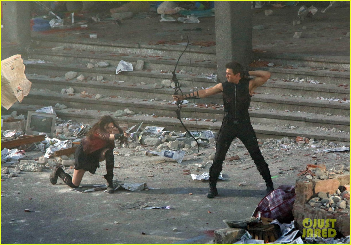elizabeth olsen aaron taylor johnson avengers 2 set photos 04