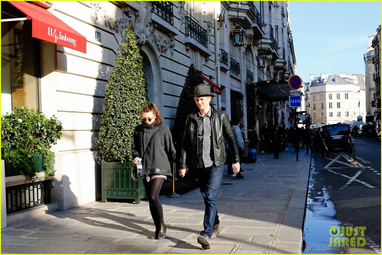 elizabeth olsen boyd holbrook romantic stroll paris 03