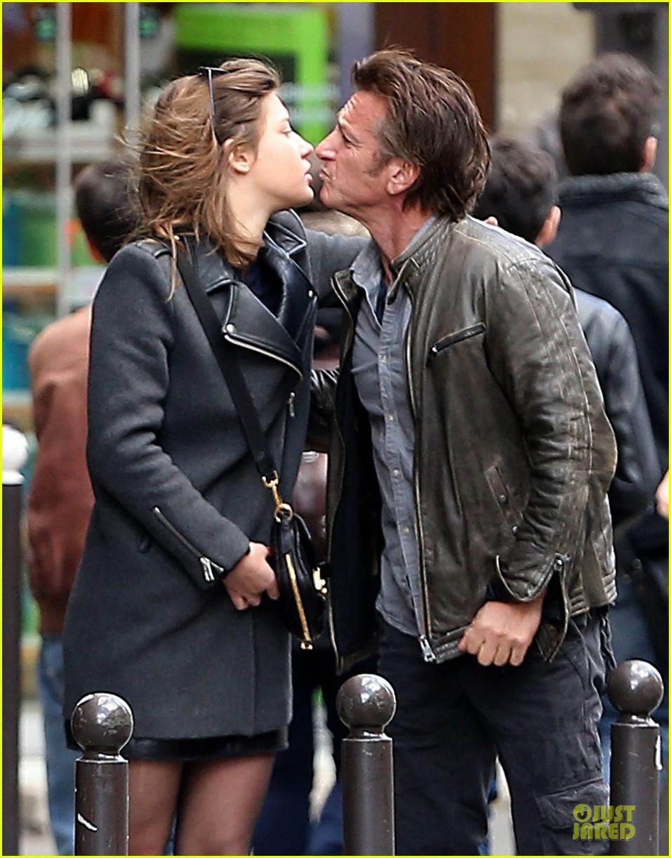 sean penn adele exarchopoulos kiss paris 06