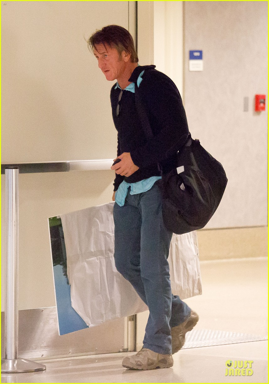 sean penn returns to lax with painting 013070168