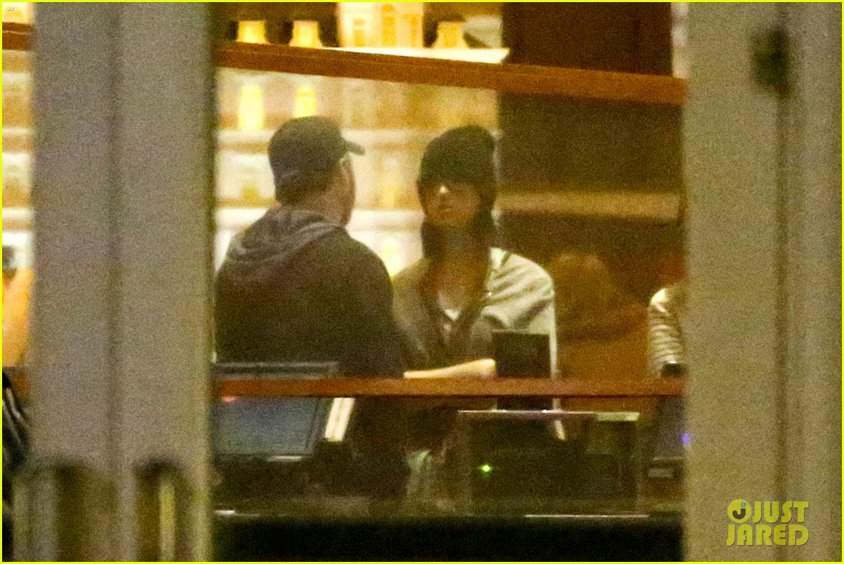 katy perry catches a movie with friends 13