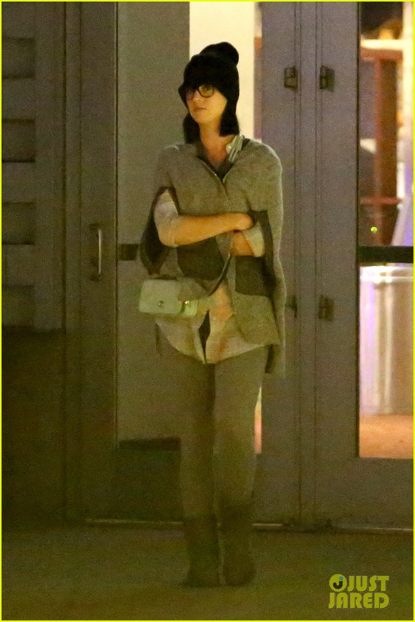 katy perry catches a movie with friends 28