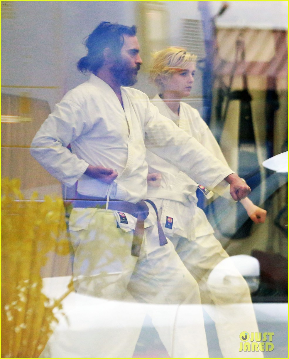 joaquin phoenix allie teilz take karate class on oscar sunday 04