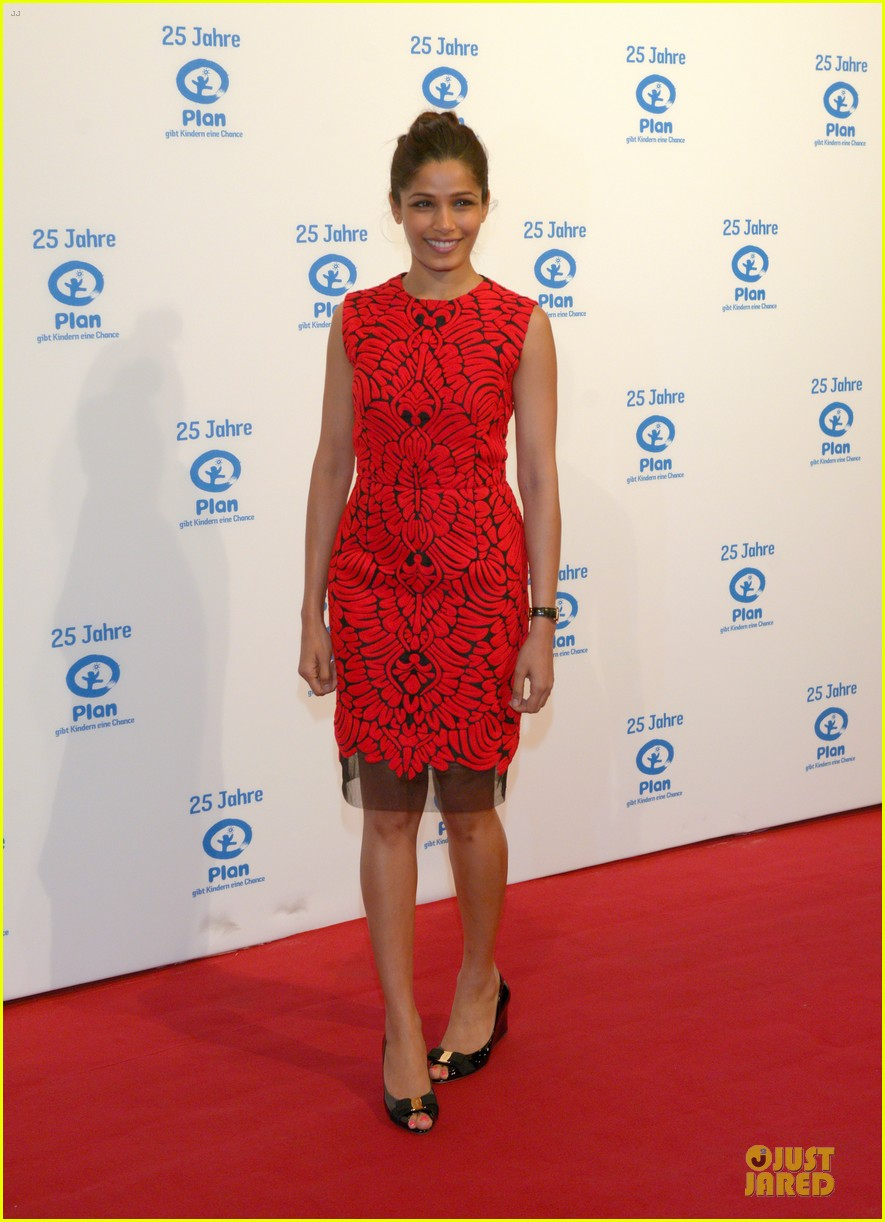 freida pinto spreads the word on 25 years plan 03