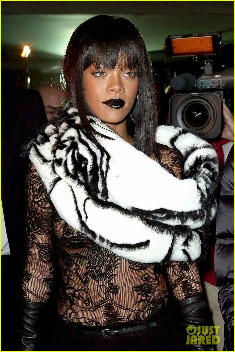 rihanna exposes her boob at jean paul gaultier show 02