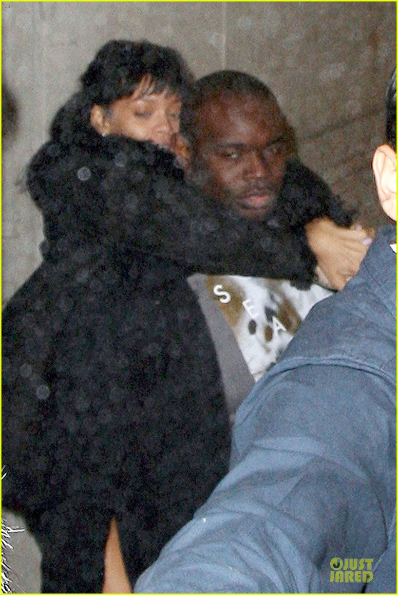rihanna departs manchester after cozy dinner with drake 053072044