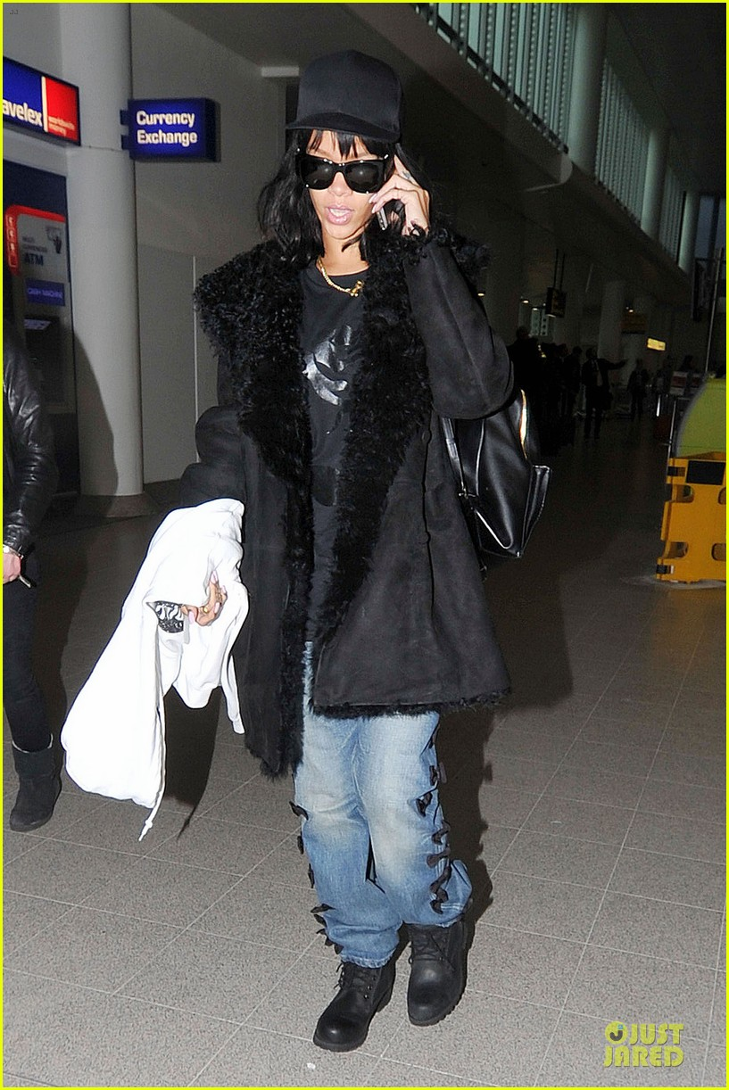rihanna departs manchester after cozy dinner with drake 13