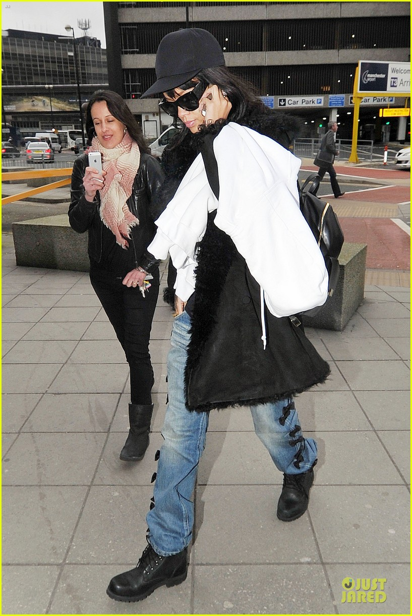 rihanna departs manchester after cozy dinner with drake 25