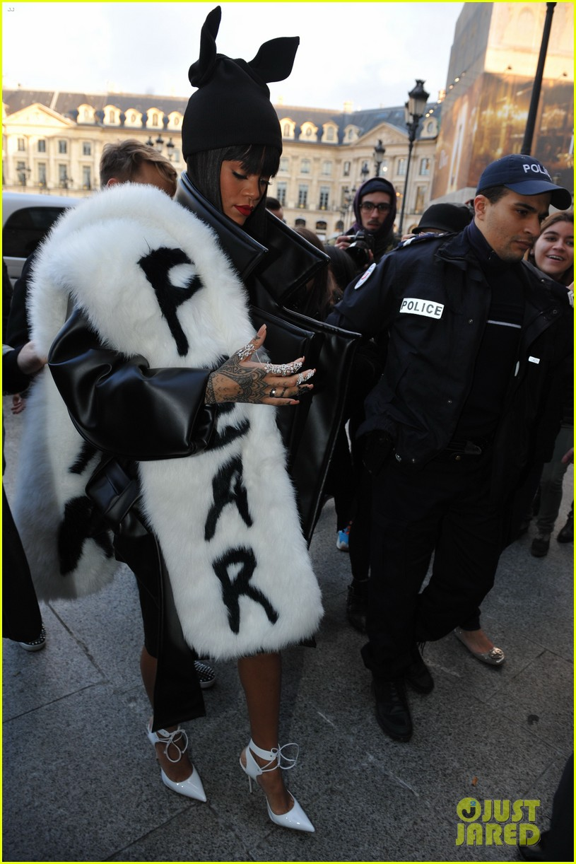 rihannas fur stole is covered in fear at paris fashion show 033063317