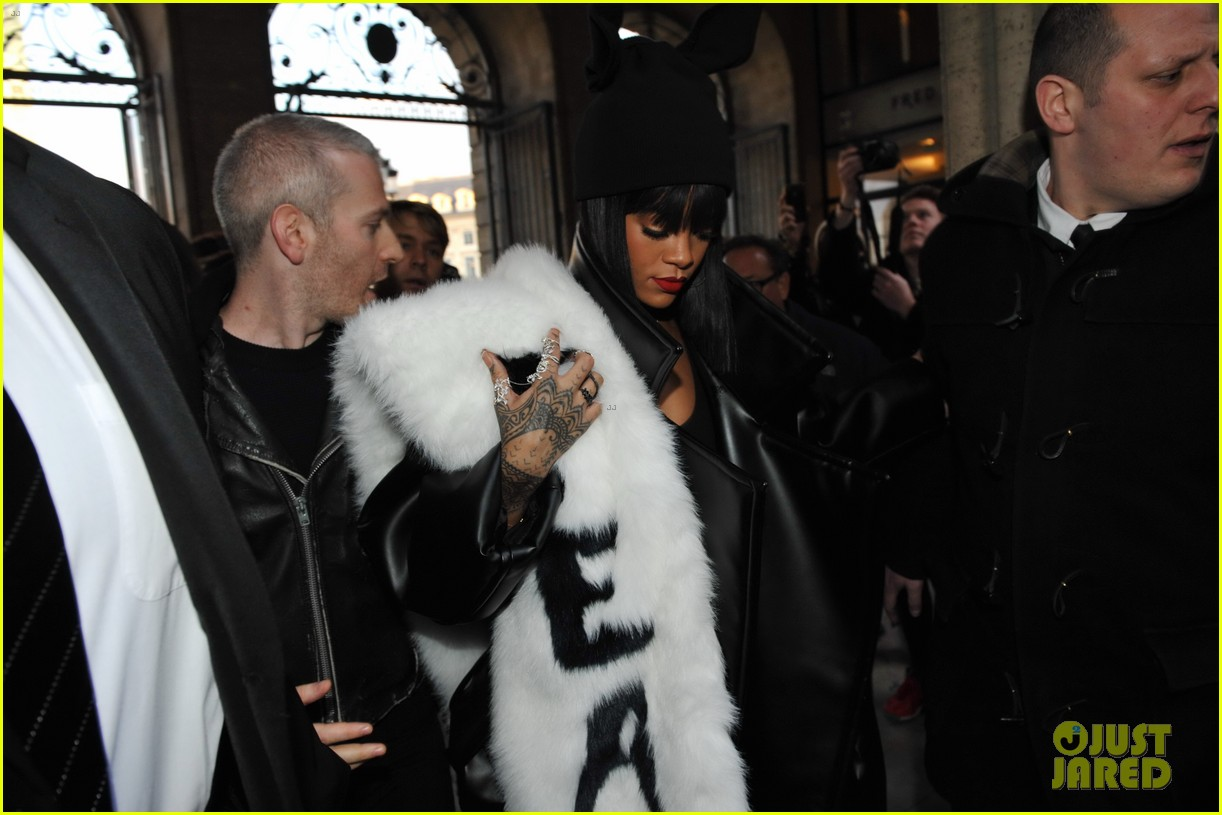 rihannas fur stole is covered in fear at paris fashion show 11
