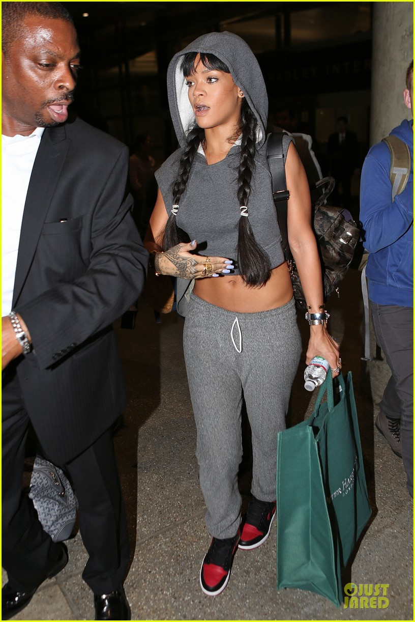 rihanna toned tummy at lax airport 01
