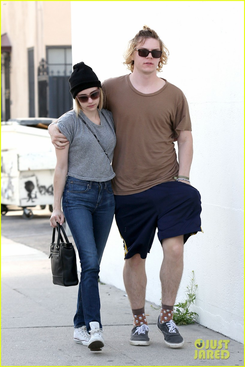 emma roberts evan peters cozy up after sunday lunch 03
