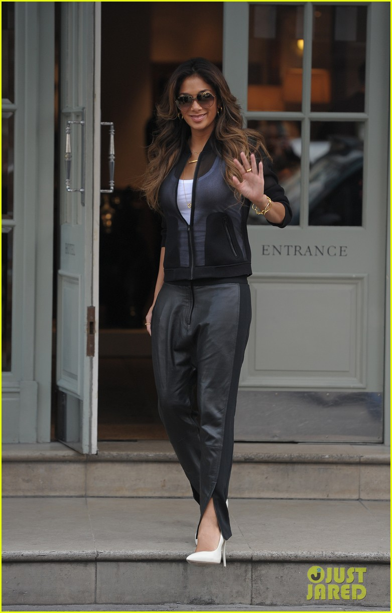 nicole scherzinger promotes new clothing line poses with her own advertisements 01