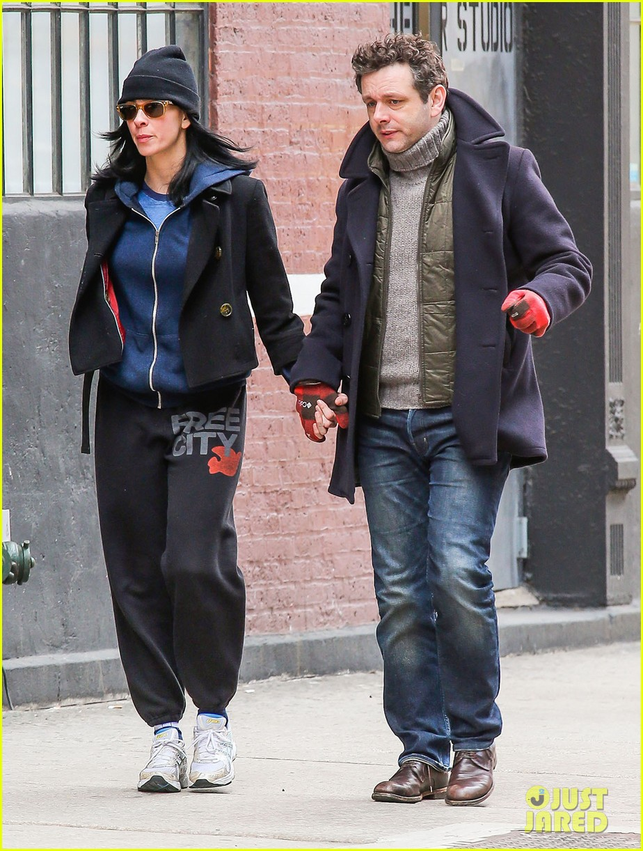 michael sheen sarah silverman hold hands romantic stroll 033072678