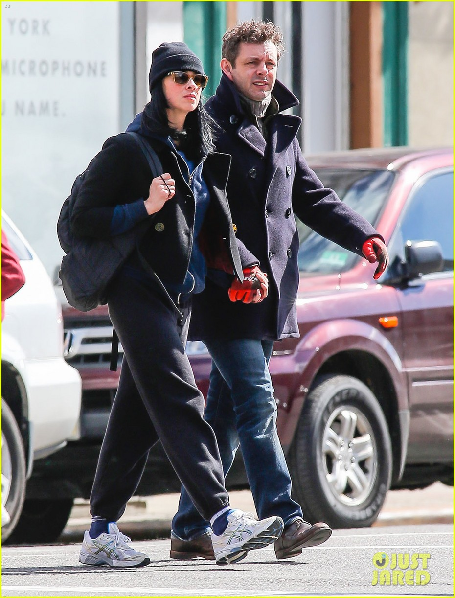 michael sheen sarah silverman hold hands romantic stroll 08