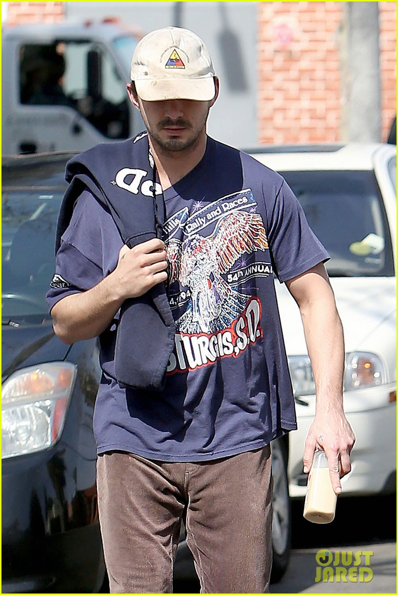 shia labeouf finds a parking ticket on his windshield after workout 02