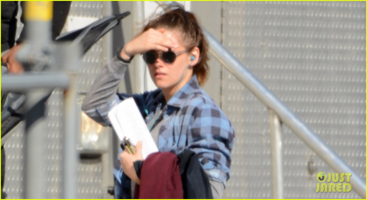 kristen stewart keeps her jacket off on the still alice set 023074121