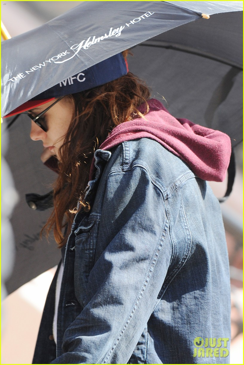 kristen stewart shields herself umbrella 04