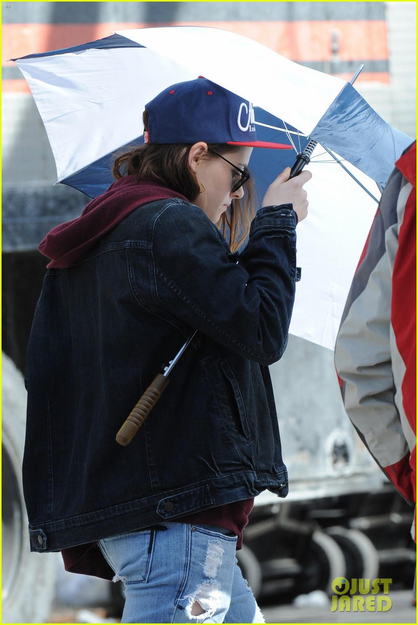kristen stewart shields herself umbrella 153067627