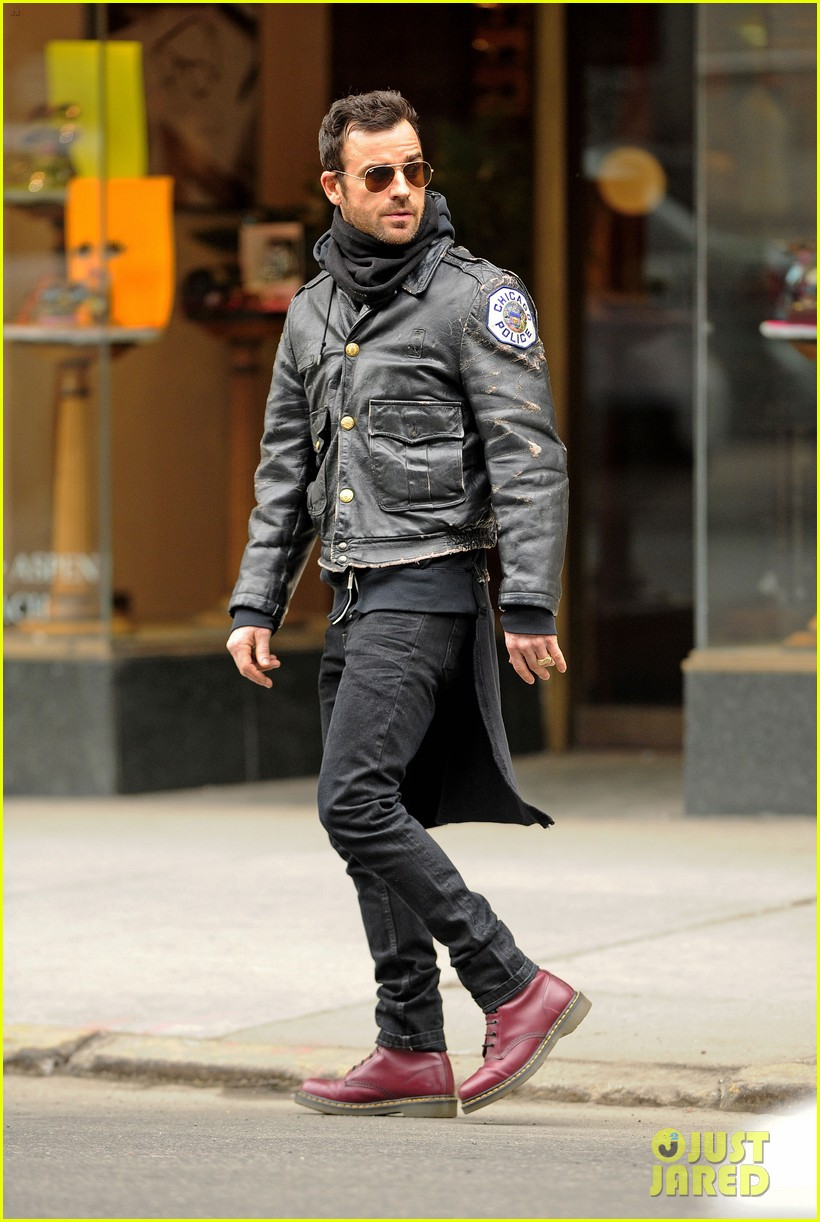justin theroux stays warm in chicago police 033071068