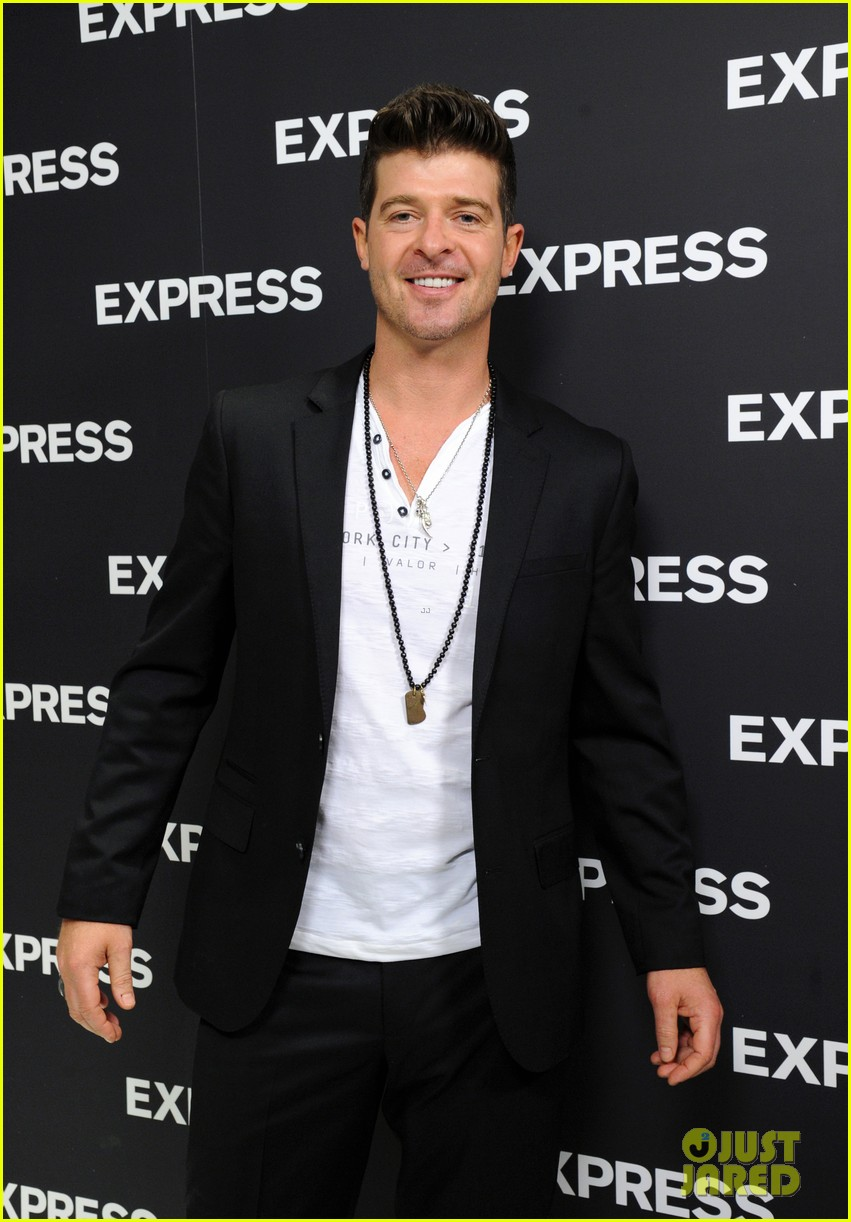 robin thicke hits the stage at express times square grand opening 04