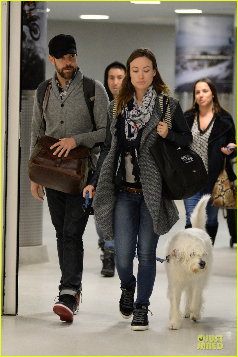 olivia wilde reduces pregnancy fatigue with jason sudeikis shoulder 093066267