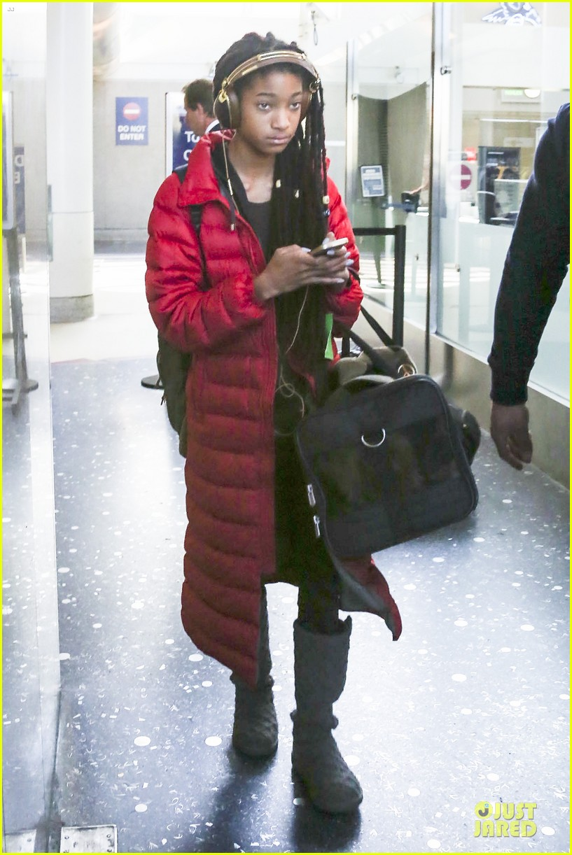 willow smith dreadlocks at lax airport 01