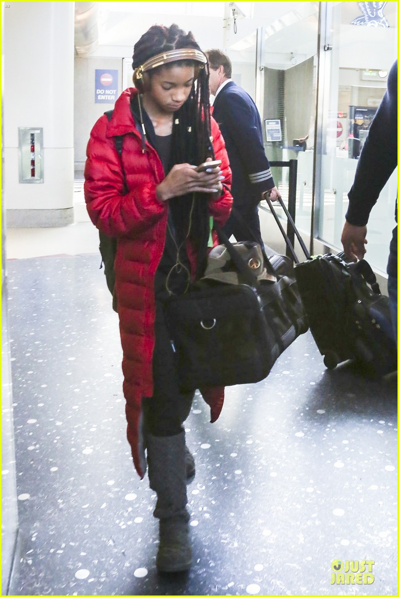 willow smith dreadlocks at lax airport 08