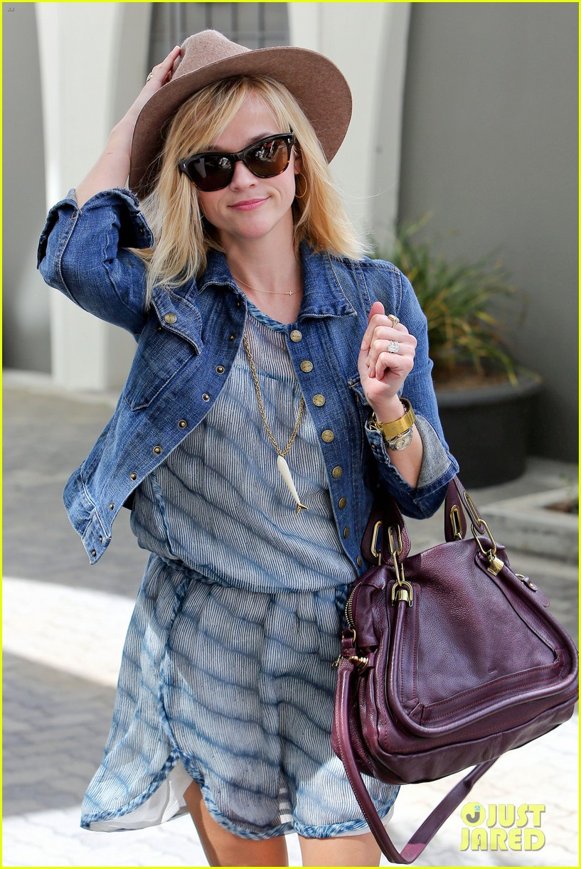 reese witherspoon hat almost blows away 143075698