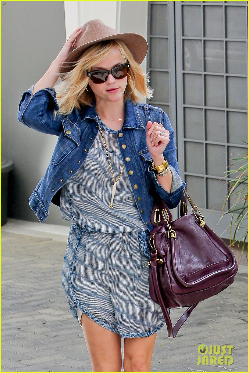 reese witherspoon hat almost blows away 183075702
