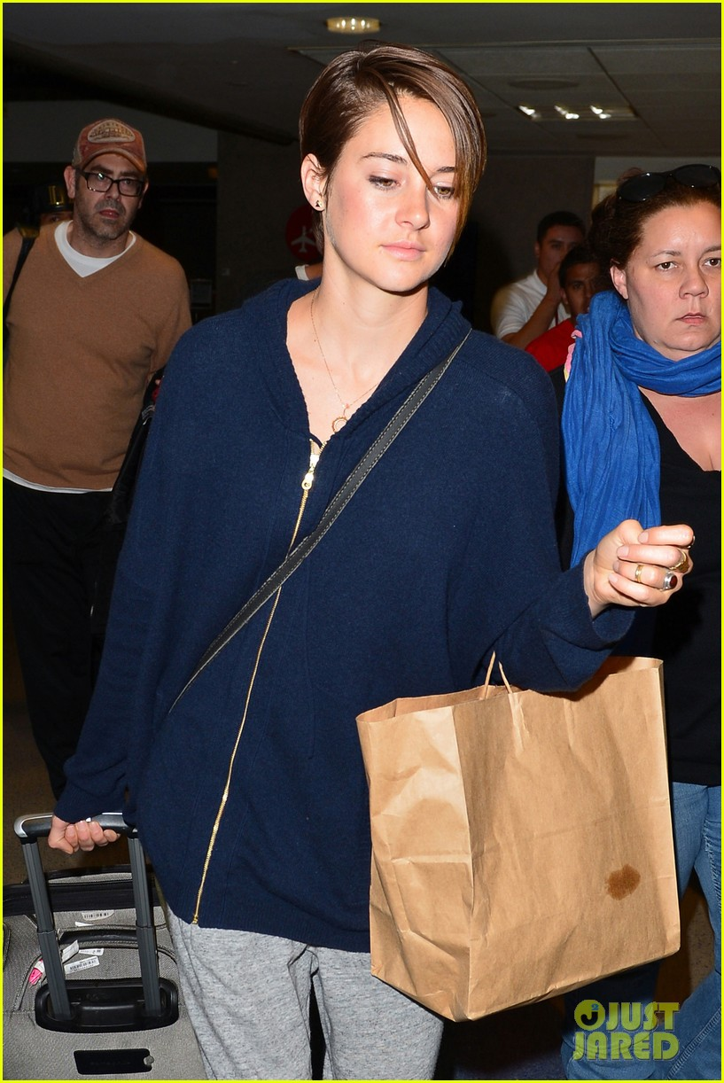 shailene woodley doesnt own a cellphone 02