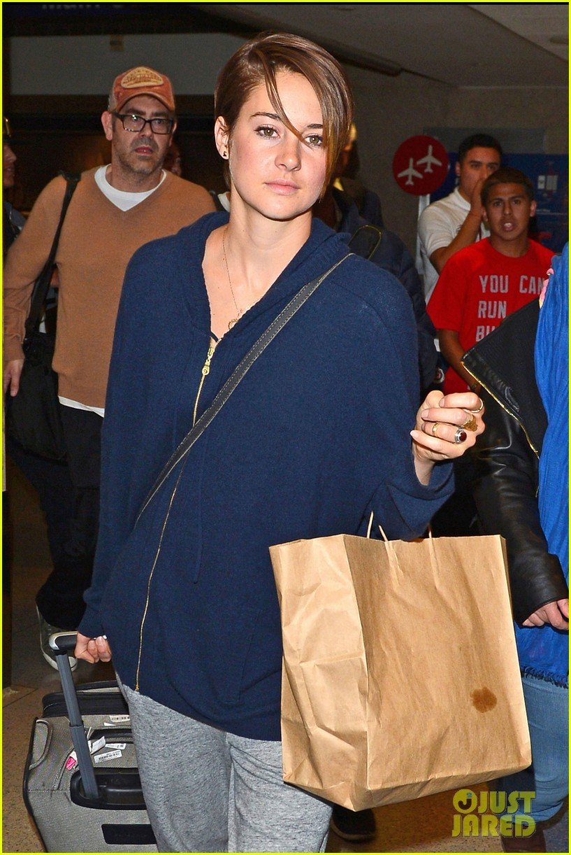 shailene woodley doesnt own a cellphone 06