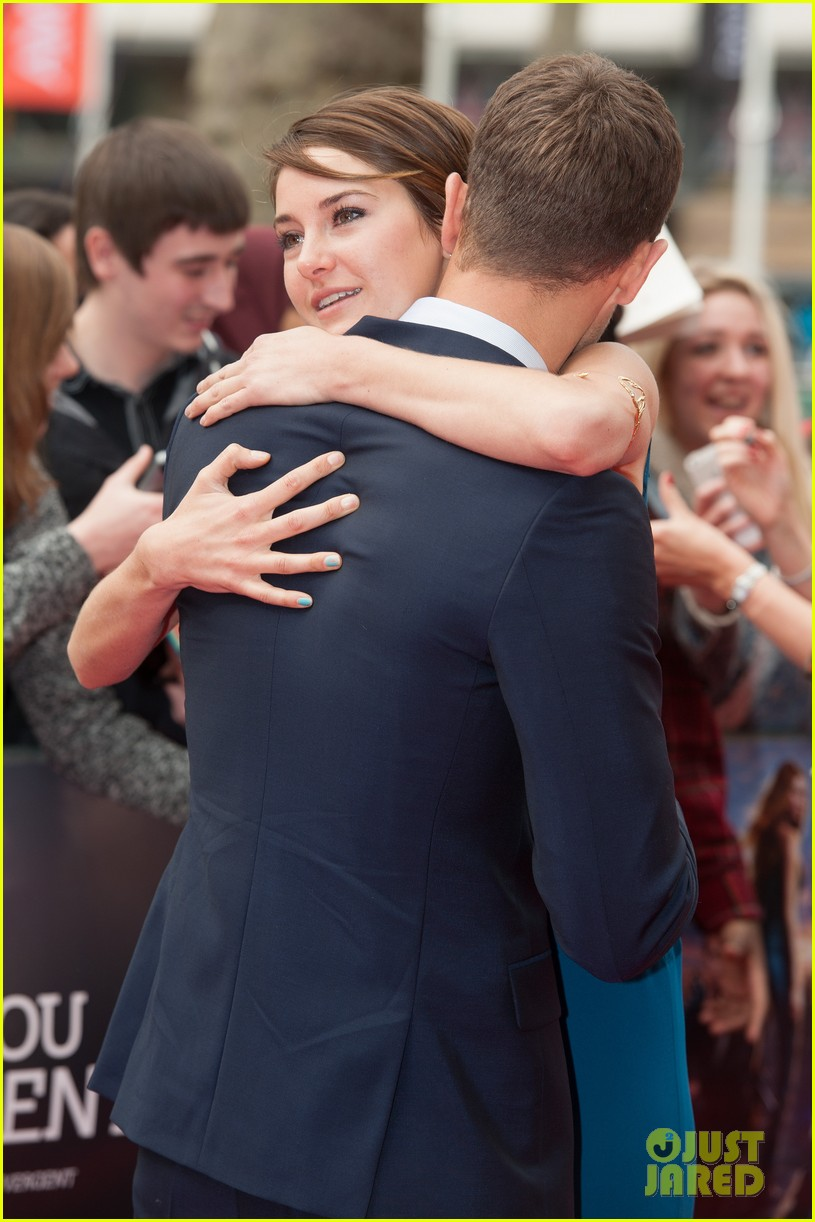shailene woodley hugs theo james on divergent red carpet 123081749
