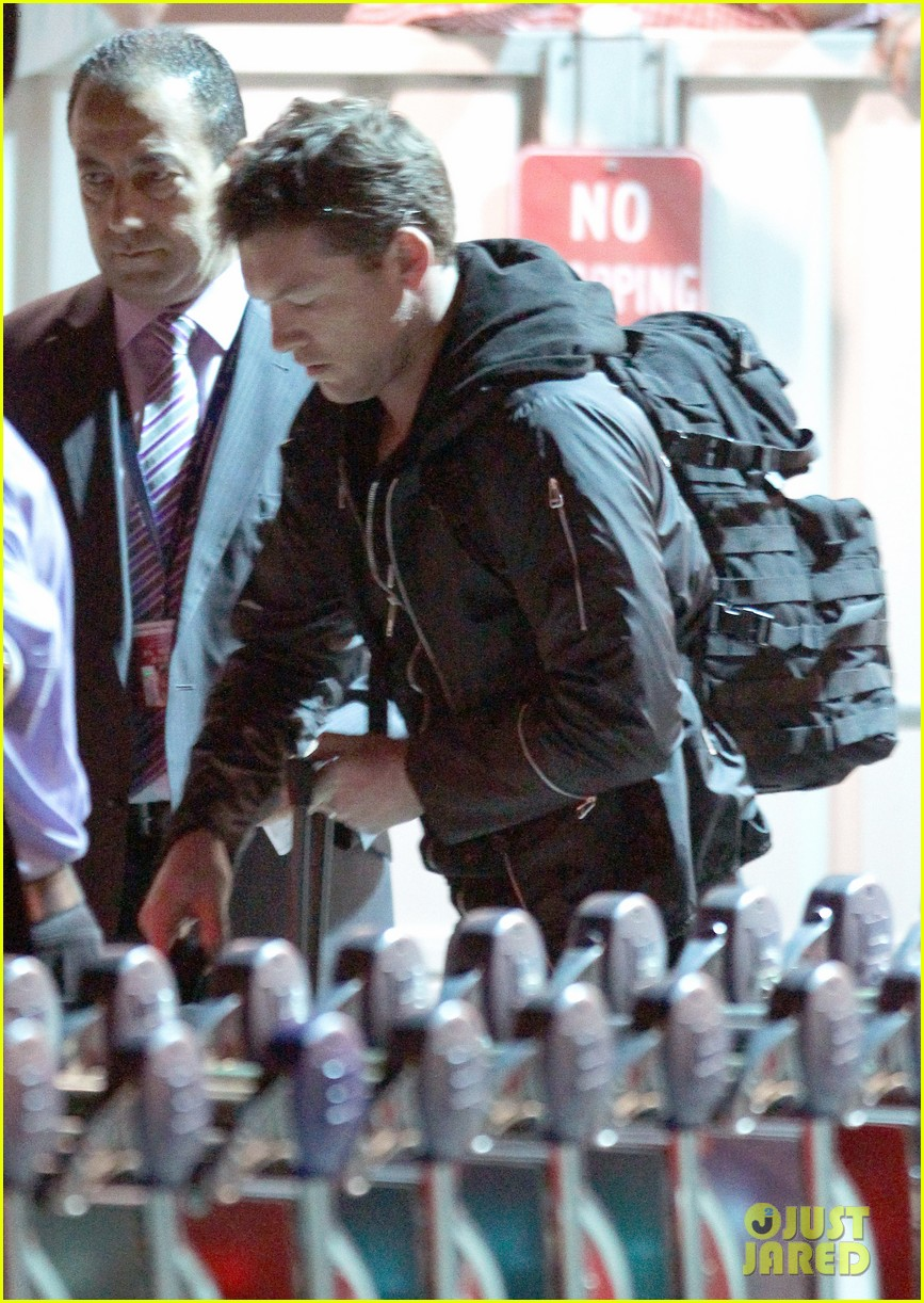 sam worthington arrives at sydney airport with lara bingle 073069231