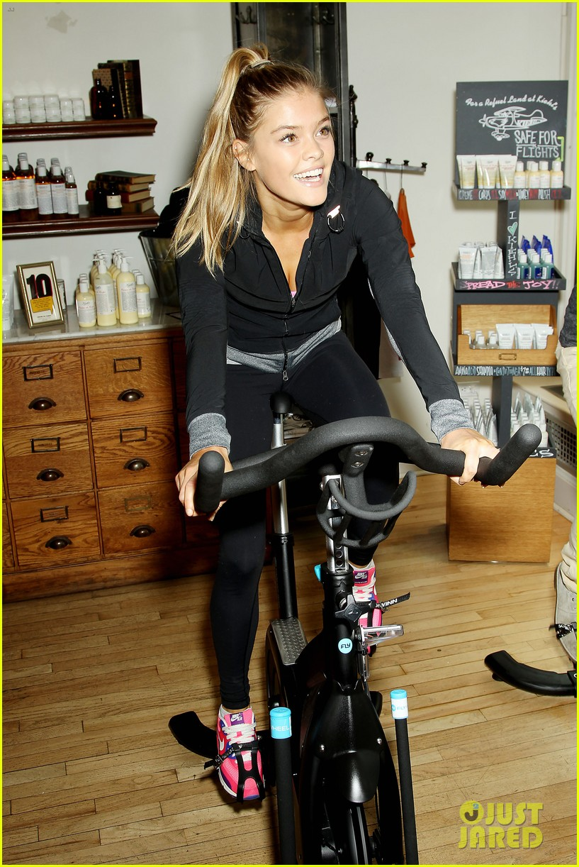entourage jeremy piven nina agdal reunite for cycling fun 13