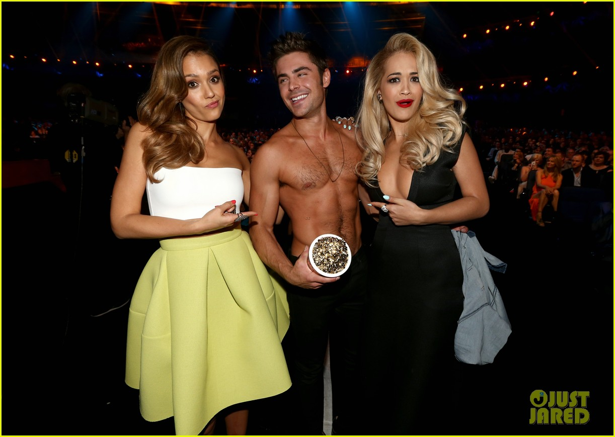jessica alba mispronounces zac efron name mtv movie awards 2014 01