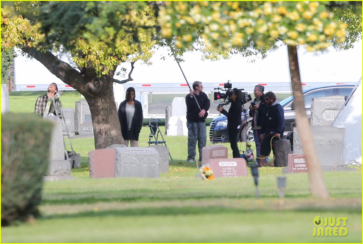 jennifer aniston begins filming cake in a grave yard 02