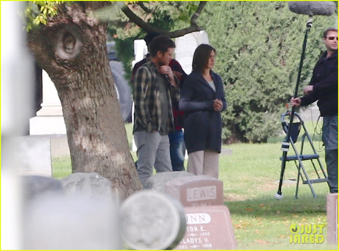 jennifer aniston begins filming cake in a grave yard 16