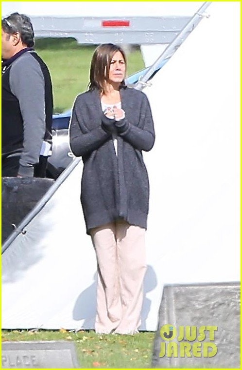 jennifer aniston begins filming cake in a grave yard 17