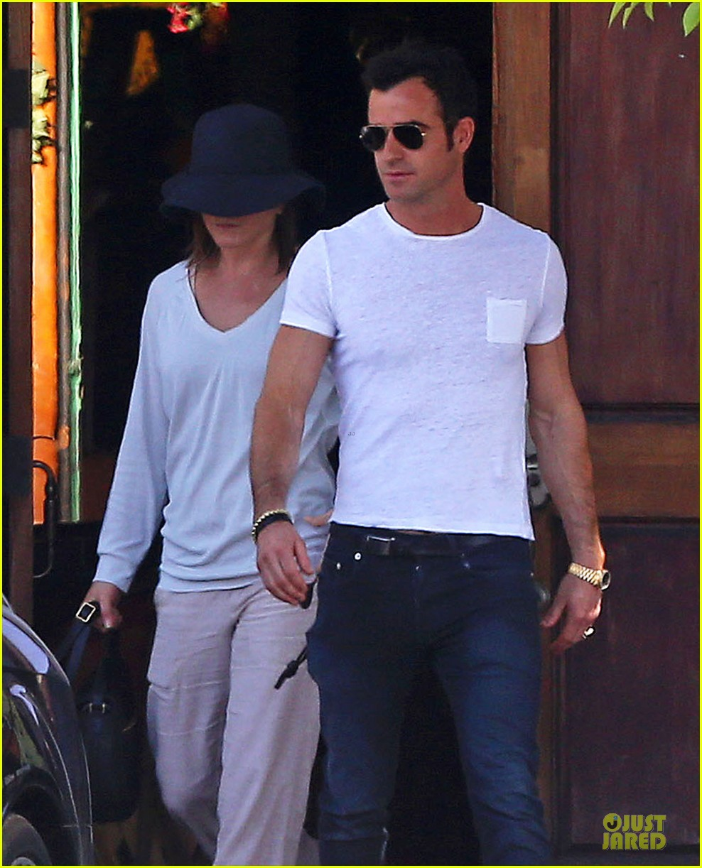 jennifer aniston trades cake for justin theroux 023097009