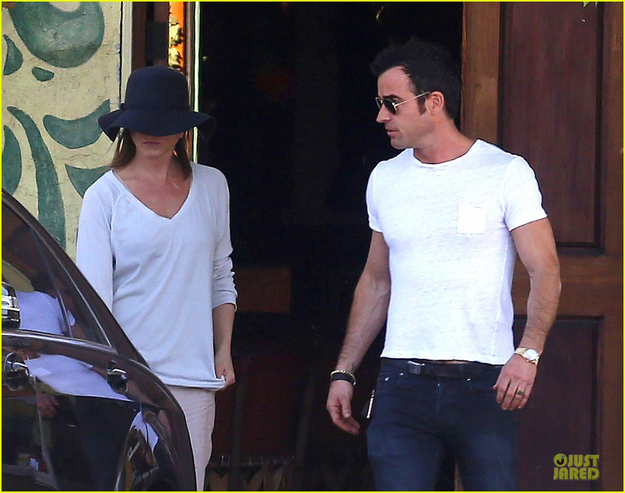 jennifer aniston trades cake for justin theroux 053097012