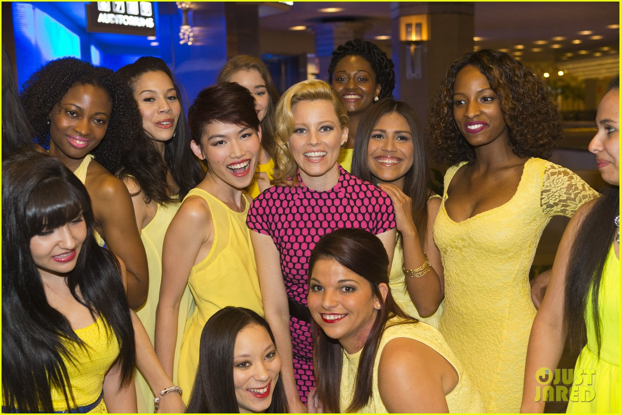 elizabeth banks attends screening for walk of shame watch the trailer now 023098074