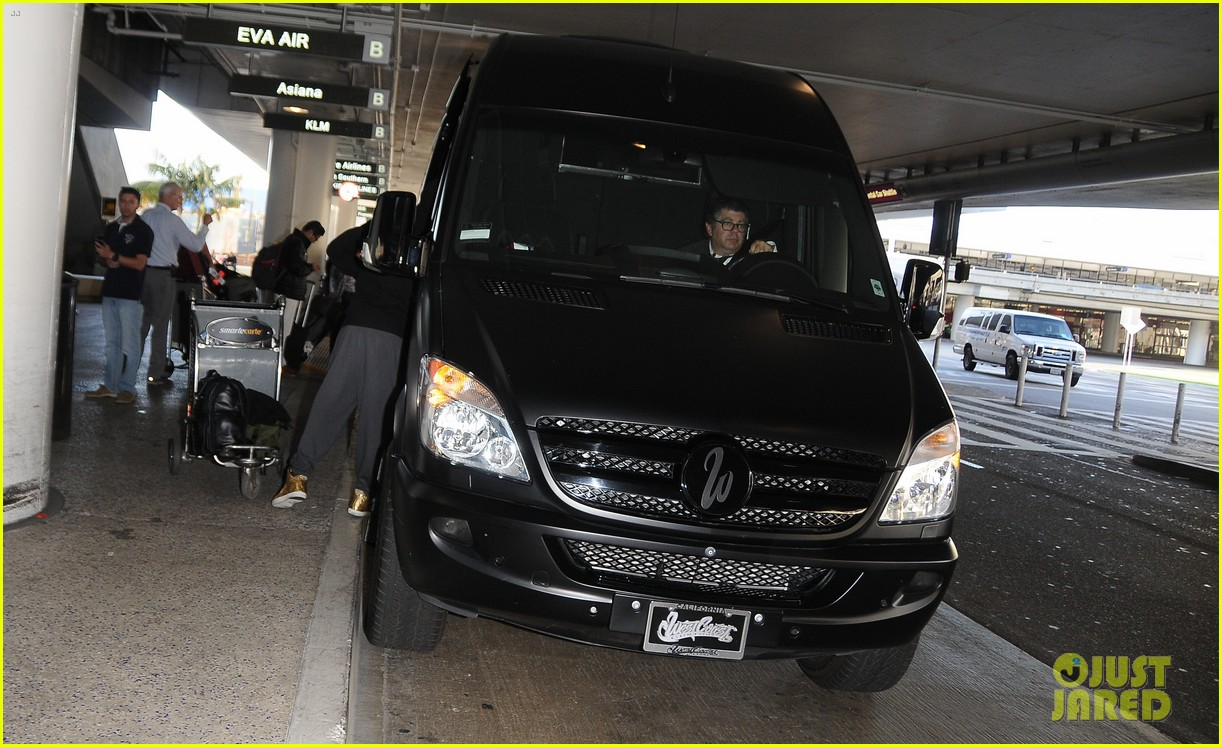 justin bieber gets released by customs at lax airport 17