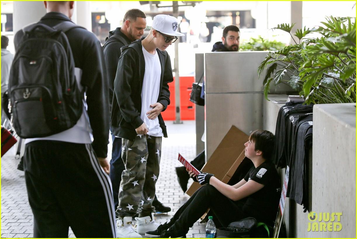 justin bieber pants slide down low airport 03