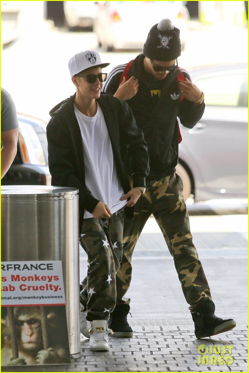 justin bieber pants slide down low airport 113096161