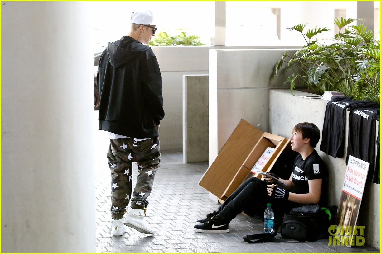 justin bieber pants slide down low airport 123096162
